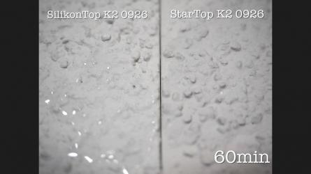 Laboratorní ukázka schopnosti omítky absorbovat vlhkost (kapka vody) v závislosti na čase. Vpravo je vzorek omítky Baumit StarTop, vlevo vzorek běžné silikonové omítky