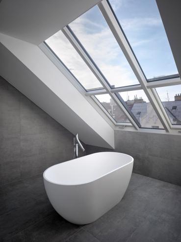 Ateliérové střešní okno dává koupelně prostor a jedinečnost. Solara HISTORIK, krása mezi střechami pro památkové zóny. (foto Filip Šlapal)