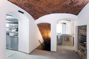 Původní klenby zůstaly zachovány, doplňují je soudobé materiály