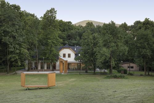 Součástí restaurace je dřevěná brána a venkovní posezení, vybudován byl také lesní bufet a dětské přírodní hřiště