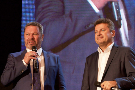 Popřát přijel na oslavu 25 let také Alfred Gsandtner (vlevo), zakladatel českého Baumitu, který v roce 1992 přijal do funkce jednatele Ing. Pavla Meda (vpravo)