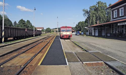 Obr. 14: Stěrka s obsahem gumového granulátu na nástupišti železniční stanice v Sušici