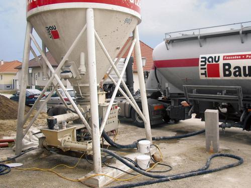 Pro dosažení vysoké kvality při provádění tradičních cementových potěrů lze dnes s výhodou použít průmyslově vyrobené Baumit suché směsi pro potěry