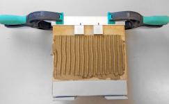 Obr. 5: Testovací plocha s naneseným lepidlem upevněným pravítkem a umístěnými distančními tělísky