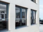 Nové bezpečnostní zábradlí pro plastová okna Schüco kombinuje sklo a nerezovou ocel