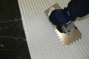 Ideálním lepidlem na skleněné obklady a dlažby je bílé flexibilní lepidlo FLEXKLEBER WEISS