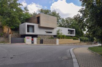 Terénní převýšení tvoří až 9m vysoká, téměř svislá stěna, dispoziční řešení domu tedy využilo tří podlaží