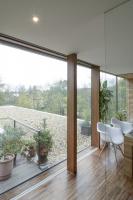 Společný obytný prostor tvoří obdélníková místnost, ze tří stran obklopená prosklenými stěnami aterasami