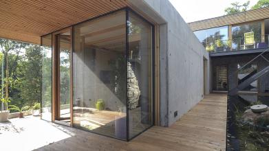 V návaznosti na dům bylo realizováno přírodní jezírko