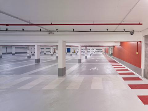 Speciální podlahové systémy Sto pro parkovací plochy jsou charakteristické vysokou životností, mimořádně dobrým poměrem výkon/cena a v neposlední řadě také širokou škálou barevných odstínů, které řidičům usnadní orientaci