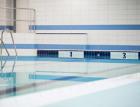 Rekonstrukce bazénu v bratislavské SPŠ – čísla drah vyřezal z dlaždic RAKO vodní paprsek