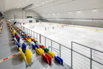 Kabiny zimního stadionu ve Vyškově s barevnými obklady Rako