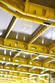 Stropní prvkový systém Dokadek 30 je komplexním bedněním pro vodorovné konstrukce. Jeho jasnou výhodou je, že montáž je možné provádět zdola.