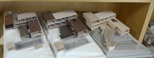 Modely tří stupňů vývoje návrhů: původní je vlevo, vpravo finální