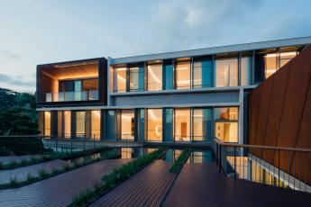 Konstrukce různých budov odráží jak charakter svahu, tak diamantový tvar pozemku. Fasáda obytné budovy kombinuje systémy Schüco ASS 50.NI a Schüco ADS 65.NI s konzolovými slunečními clonami. Foto Khoo Guojie