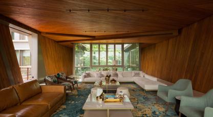 Nejzajímavější výhled, stejně jako design a pohodlí skýtá obývací pokoj, kostka v horním patře budovy. Interiér tvoří podlahy z onyxu a masivní teakové obložení. Foto Khoo Guojie