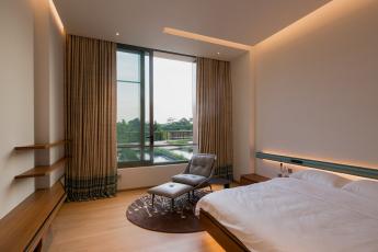 Jedna z mnoha ložnic/hostinských pokojů, která je zařízena jednoduše co do barev, materiálů a příslušenství (Schüco ASS 50.NI), foto Khoo Guojie