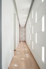 Otvory ve fasádě směrem do ulice zajišťují světlo a větrání v přístupové chodbě k hostinským pokojům a ložnicím, foto Khoo Guojie