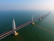 Čína otevřela most přes moře mezi Hongkongem a Macaem