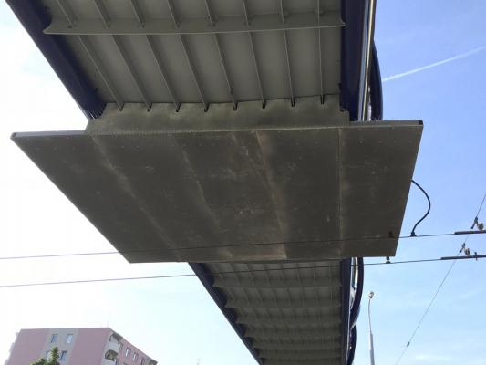 Protidotykové izolační zábrany z kompozitních materiálů na trolejbusové trati