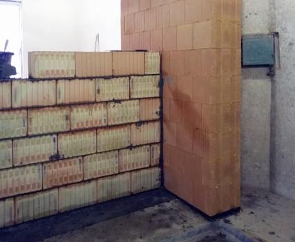 Obr. 4: Zkušební vzorek s průběžnou obvodovou stěnou z cihel Porotherm 38 T Profi Dryfix a na jejím vnitřním líci ukončenou akusticky dělicí stěnou z Porotherm 25 AKU SYM