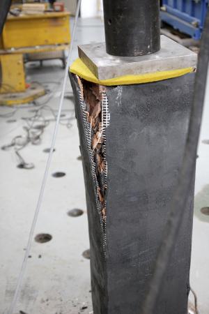 Obr. 6: Porušené pilíře po zatěžovací zkoušce (zesílený pilíř s běžným průřezem, zesílený pilíř s modifikovaným průřezem, referenční pilíř)