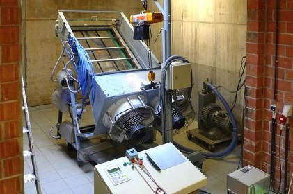 Testování pálených tašek v koncernové laboratoři v belgickém Kortrijku