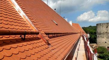 Tradiční režné bobrovky při rekonstrukci střech hradu Bítov