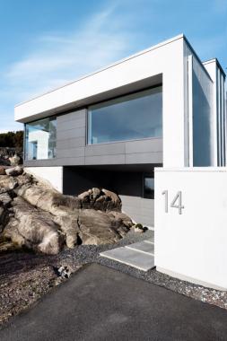 Zářivá barva betonových konstrukcí kontrastuje se šedivými povrchy a barvou profilů fasádních systémů Schüco FW 50+.HI