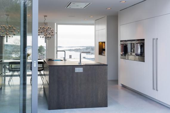 Během letních měsíců zajišťují rozsáhlé posuvné systémy Schüco ASS 50 flexibilní propojení jídelní a kuchyňské zóny s okolím domu