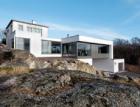Dům vyšlý z módy proměnili ve vilu ve stylu Bauhaus i díky fasádám a posuvným systémům Schüco