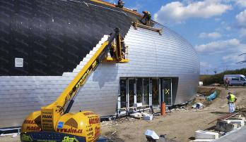 Obr. 14: Instalace vnějšího opláštění – bednění, pojistná hydroizolace a hliníkové šindele