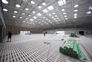 Obr. 16: Instalace odpruženého nosného roštu sportovní podlahy