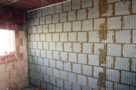 Kombinace příčky z nepálených cihel a stěny z keramických tvarovek