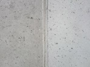 Obr. 2: Srovnávací testy systému Balclean aplikovaného na betonovou stěnu; fotokatalyticky ošetřené plochy jsou v pravých částech snímků, stav po 3–4 letech od provedení fotokatalytické povrchové úpravy