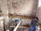 Výškové vyrovnání ustupujícího zdiva a následné uložení stropu