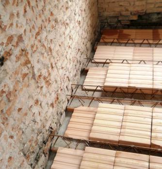 Obr. 3: Výškové vyrovnání ustupujícího zdiva a následné uložení stropu