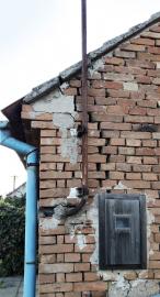 Obr. 13: Svislá trhlina ve štítové stěně
