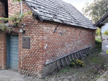Obr. 14: Při stažení budovy ocelovými táhly zůstává štít neporušený