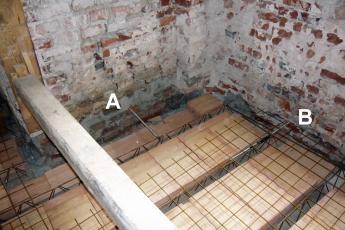 Obr. 18: Závitové tyče vrohu domu protažené do fasády ještě před položením výztuže věnce