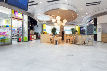 Velkoformátové keramické dlaždice RAKO se vzhledem betonové stěrky v Terminal Shopping Centru v Banské Bystrici