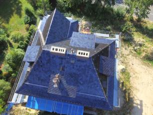 Funkcionalistickou vilu v Liberci zdobí černá střešní krytina Bramac Smaragd