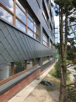 Liberecká škola pro znevýhodněné studenty dostala fasádu z titanzinku