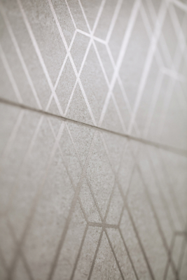 Potřebnou dynamiku zajistí sérii Quarzit elegantní geometrické dekorace s metalickým efektem pro celoplošné, ale i tradiční horizontální dělení obkládané plochy