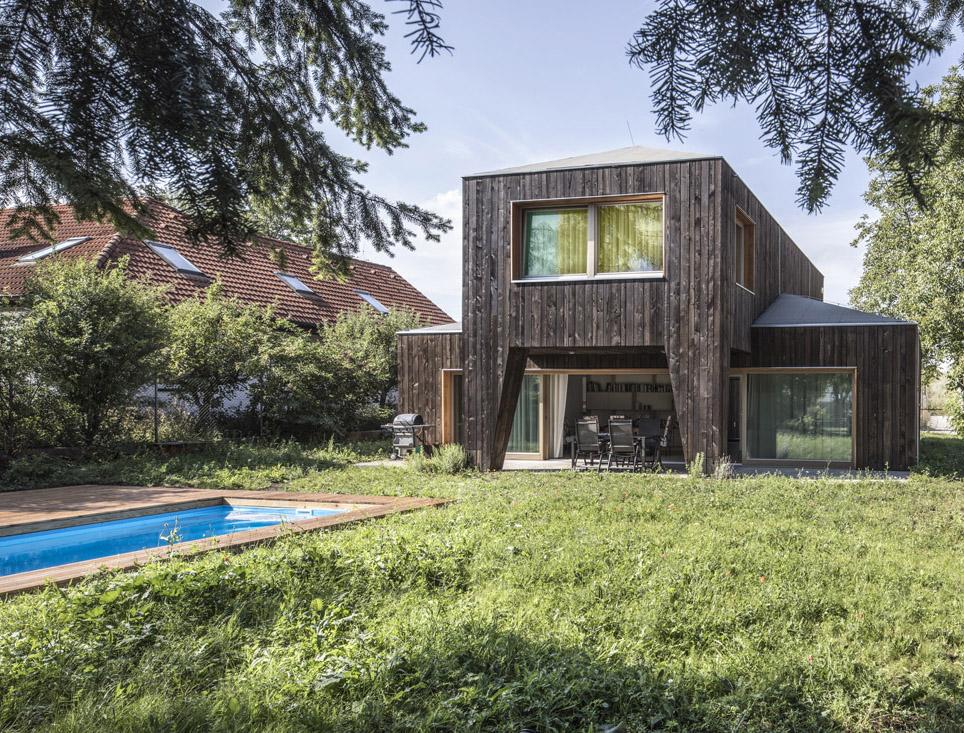 Dům pro čtyřčlennou rodinu – dřevěná fasáda připomíná staré časy