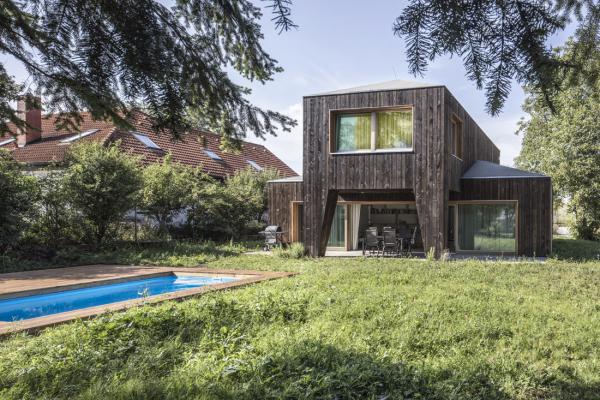 Autoři dům projektovali tak, aby jeho hmotové i dispoziční řešení vycházely z přirozeného provozu. Krytá veranda jej co nejvíce otevírá do zahrady a zároveň vytváří další prostorovou vrstvu.