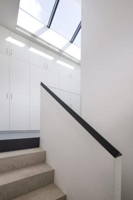 Okno nad schodištěm prosvětluje celý vnitřní prostor