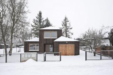 Hmoty domu odskakují podle toho, jak je třeba (garáž, zádveří). Autoři vycházeli zuživatelského komfortu, zároveň co nejvíce respektovali prostředí, které mělo hezké drobné měřítko.