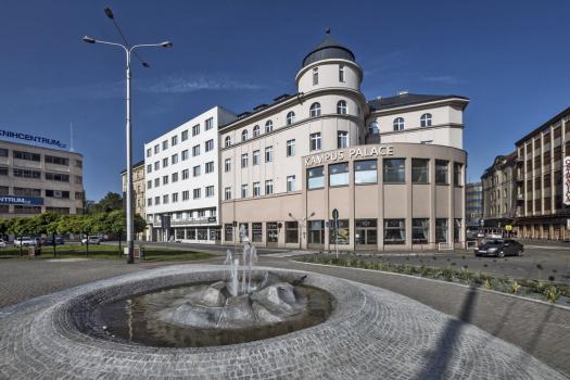 Hotel byl postavený v roce 1912 podle návrhu architekta Wunibalda Reiningera ve stylu doznívající secese, s výraznými ornamentálními pásky. Postupně se rozrůstal, takže jej tvořilo pět propojených budov.