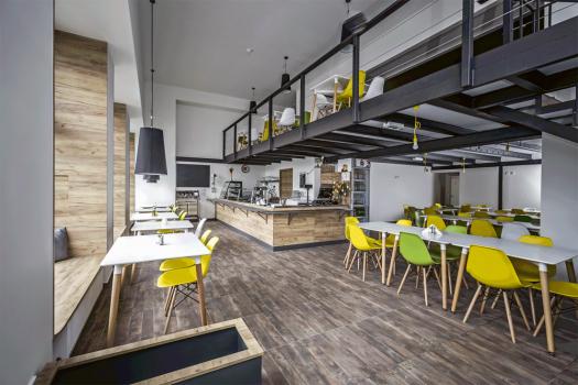 Vparteru jsou kavárna a cukrárna, dále také dvě restaurace
